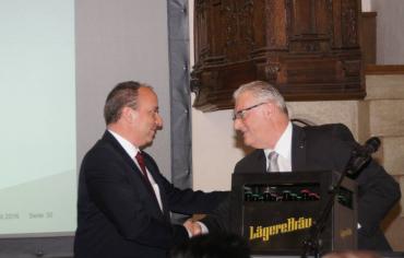 Markus Dieth bekommt von Roland Kuster für jede Woche bis zu den Wahlen 1 Bier